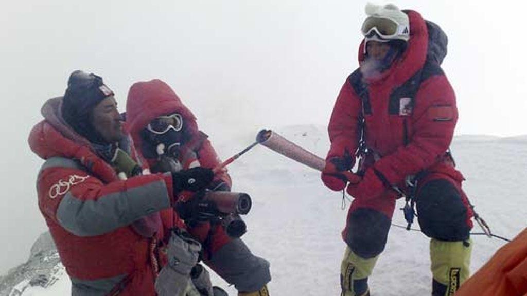 La llama olímpica corona el Everest: Foto: AP