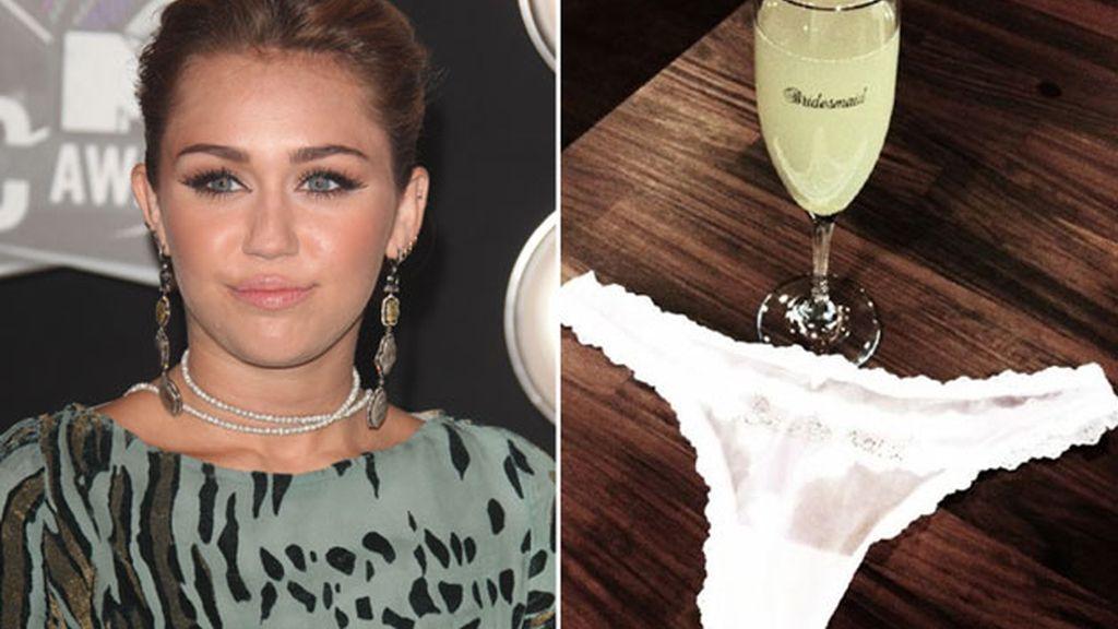 Miley Cyrus ha enseñado el tanga que lucirá en la boda de una de sus mejores amigas en Twitter. Foto: Twitter.
