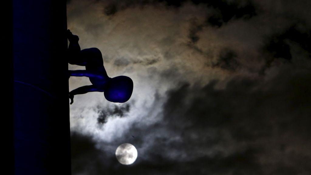 La 'superluna' vista junto a la estatua de un bebé en Praga, República Checa