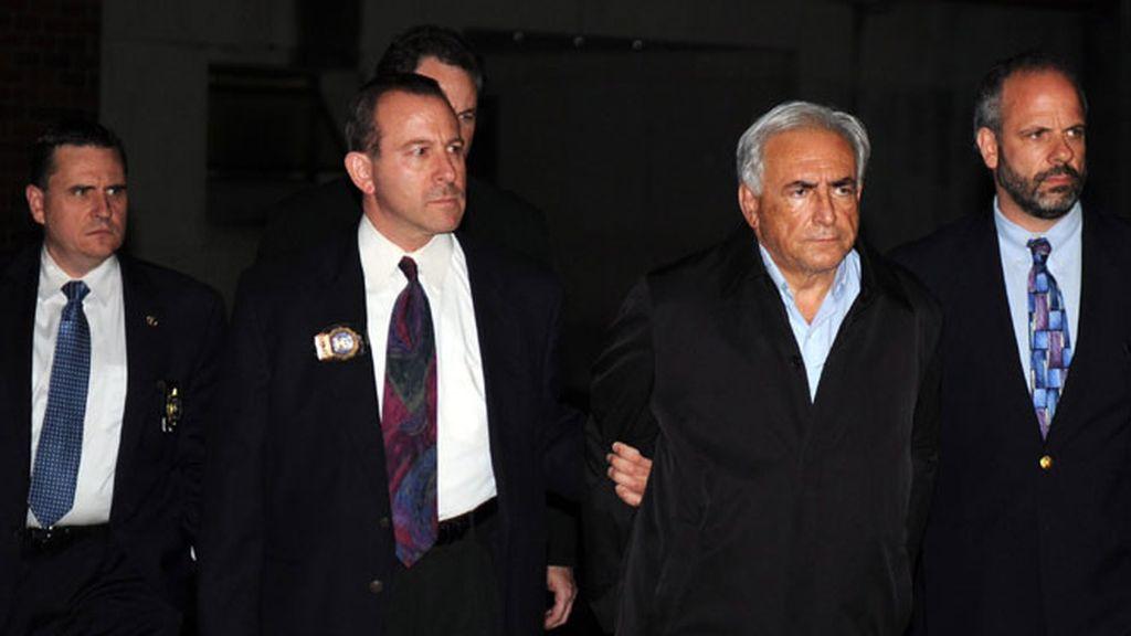 El director gerente del FMI, Dominique Strauss-Kahn, a su salida EL domingo 15 de mayo de 2011, de una estación de la Policía de Nueva York tras ser detenido en el aeropuerto internacional John F. Kennedy.