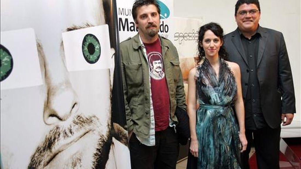 """El director de la película """"Gigante"""", Adrián Biniez (i), y sus protagonistas Horacio Camandule (d) y Leonor Svarcas, durante la inauguración del evento que arrancó este sábado en la ciudad balneario de Maldonado (Uruguay). EFE"""