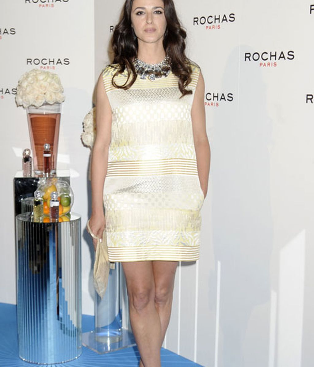 La actriz Mónica Estarreado lució un increíble vestido beige