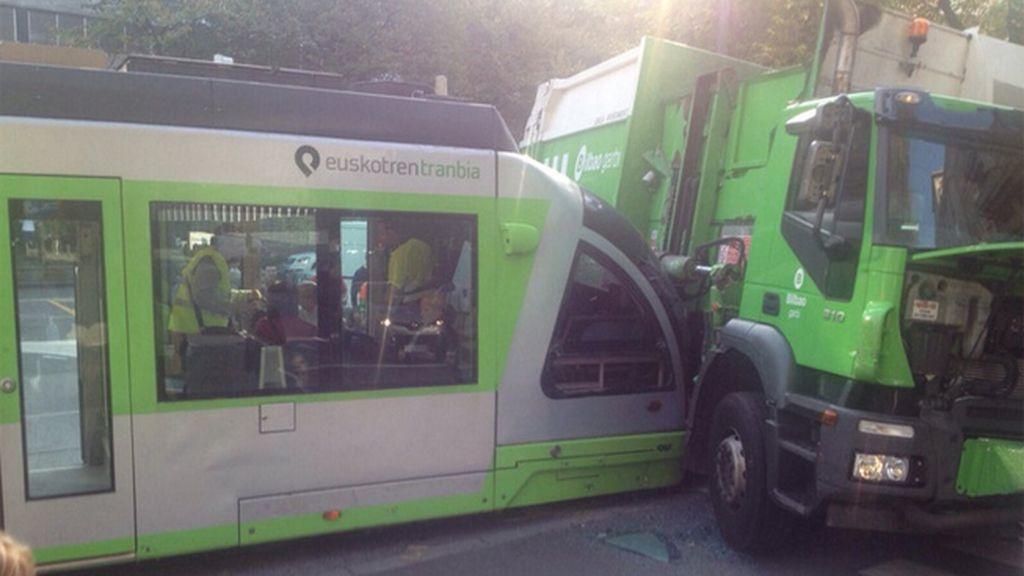 Siete heridos en el choque entre un camión de la basura y el tranvía de Bilbao