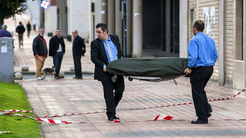 Los trabajadores de la funeraria se llevan el cuerpo de la mujer que se ha suicidado en Barakaldo