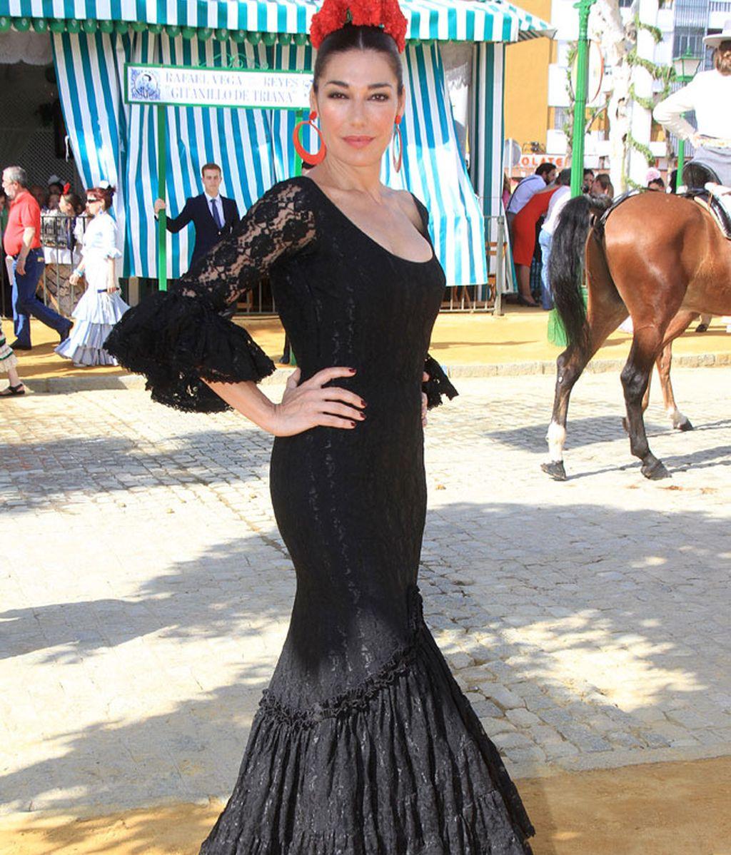 Raquel Revuelta eligió traje negro con flores rojas