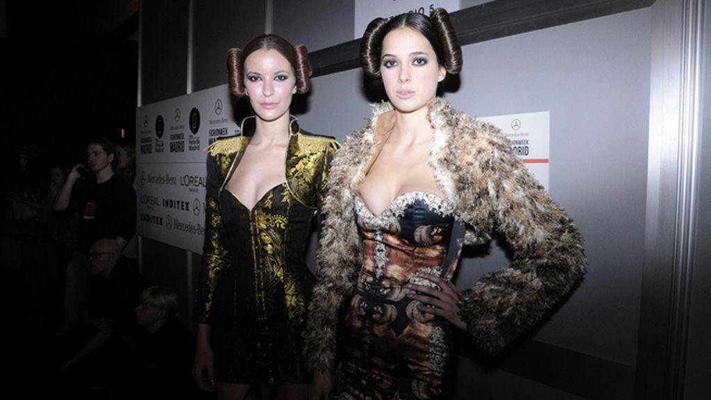 Dos de las modelos de Maya Hansen listas para pisar con fuerza la pasarela