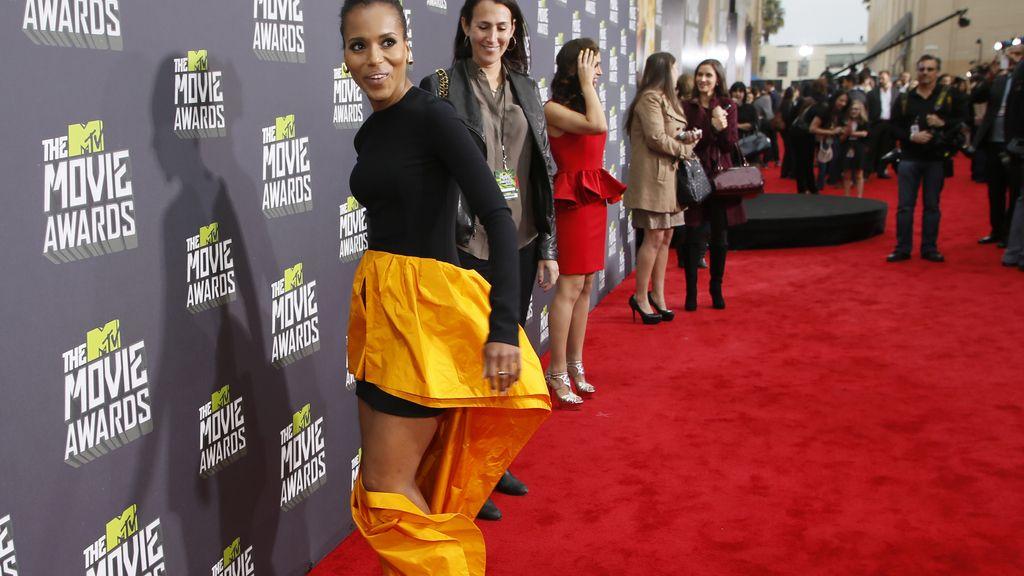 Kerry Washington se lía con su vestido antes de recibir su premio