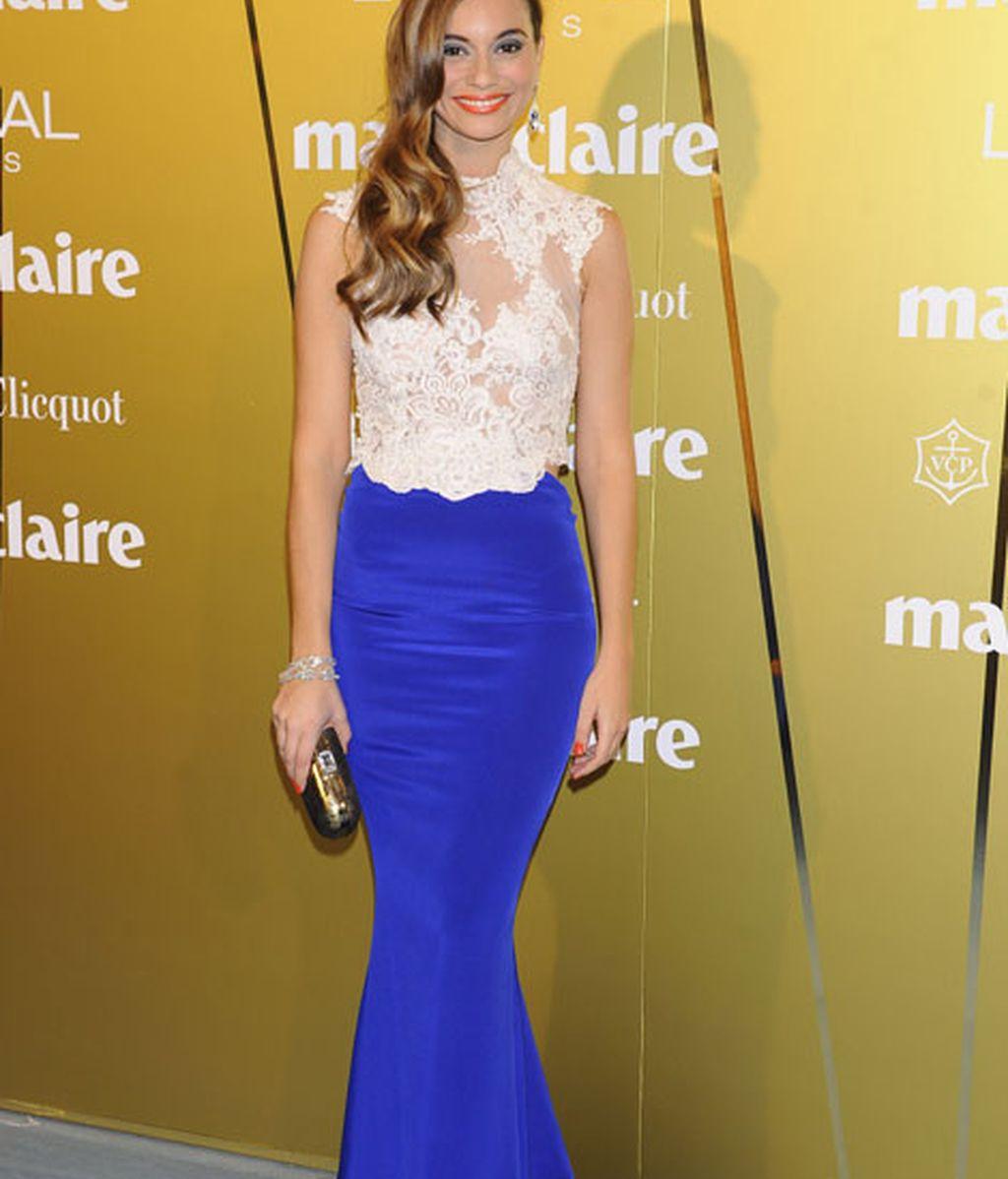Norma Ruiz, elegancia con vestido bicolor de Gabriela Cadena