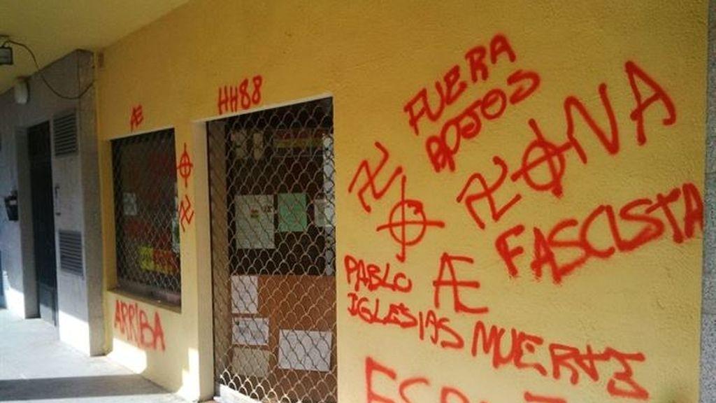 """Una sede de Podemos amanece con pintadas de """"Pablo Iglesias muerte"""" y símbolos nazis"""