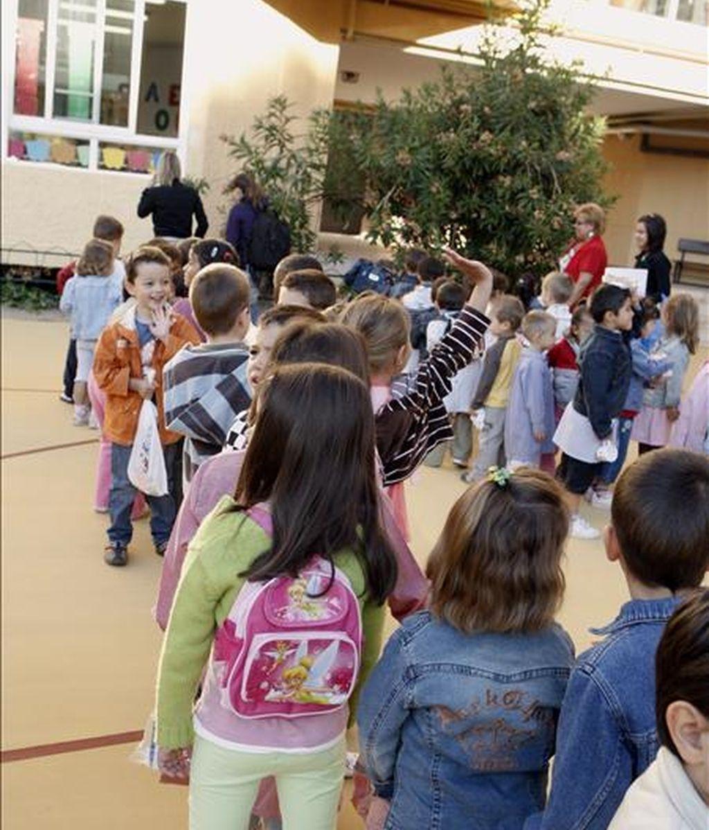 Las comunidades autónomas discrepan en cómo tratar a los centros que educan por sexos. En la imagen, varios niños en un colegio público. EFE/Archivo