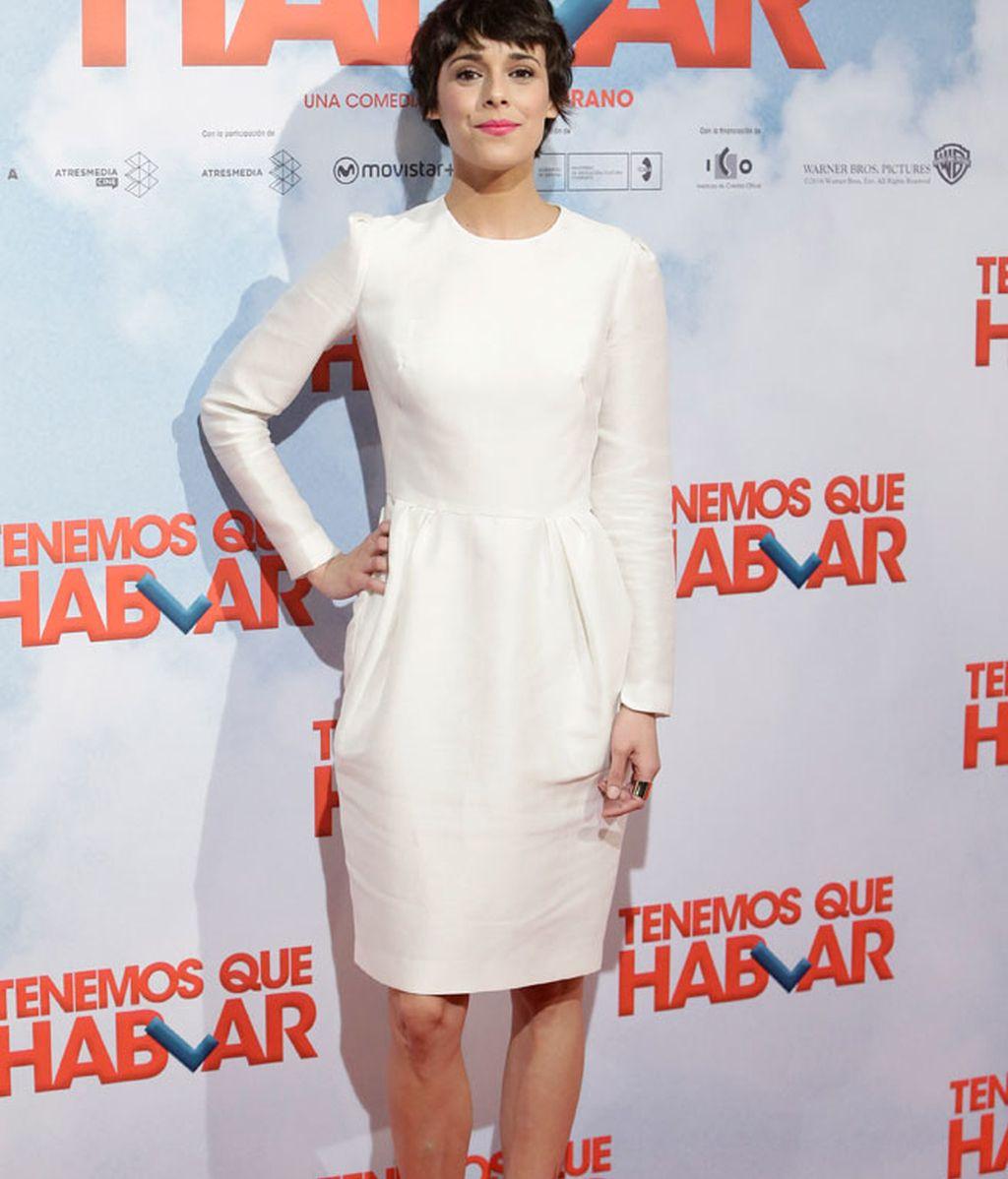 Belén Cuesta con vestido blanco a la rodilla y zapatos dorados