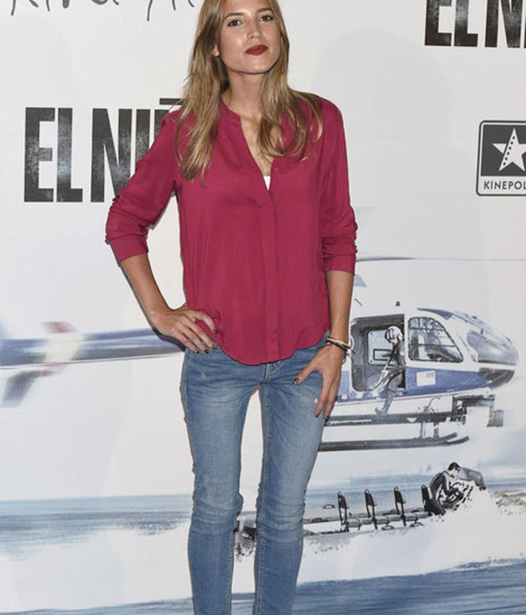 Ana Fernández ha optado por llevar una camisa con vaqueros