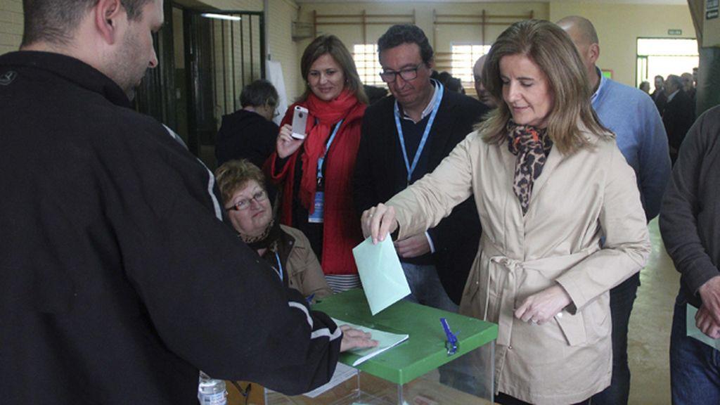 La ministra Fátima Báñez vota en Huelva