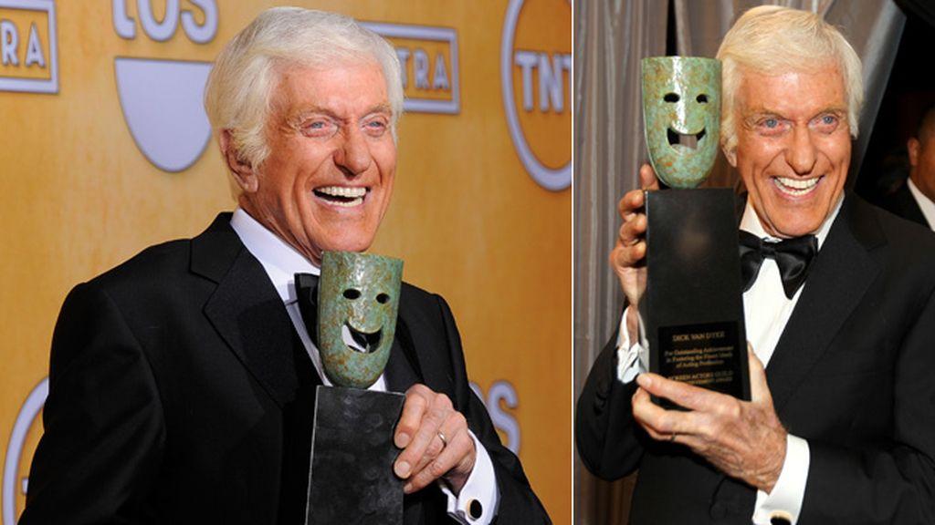 El actor Dick Van Dyke posó orgulloso con el premio a toda su carrera