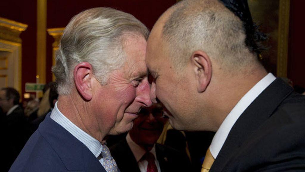 Saludando al príncipe Charles al estilo tradicional maorí