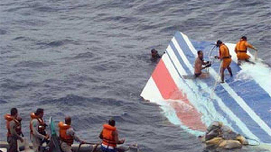 Un grupo de soldados de la Marina rescatando partes del avión Airbus A330-200 de Air France desaparecido en el Océano Atlántico. Foto:EFE