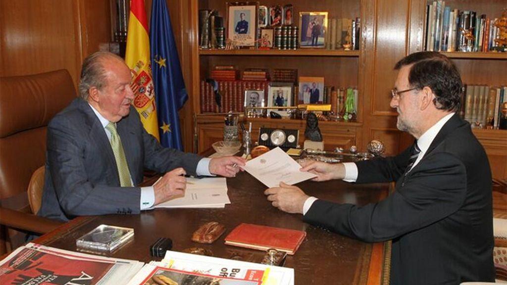 Abdica en favor del príncipe de Asturias