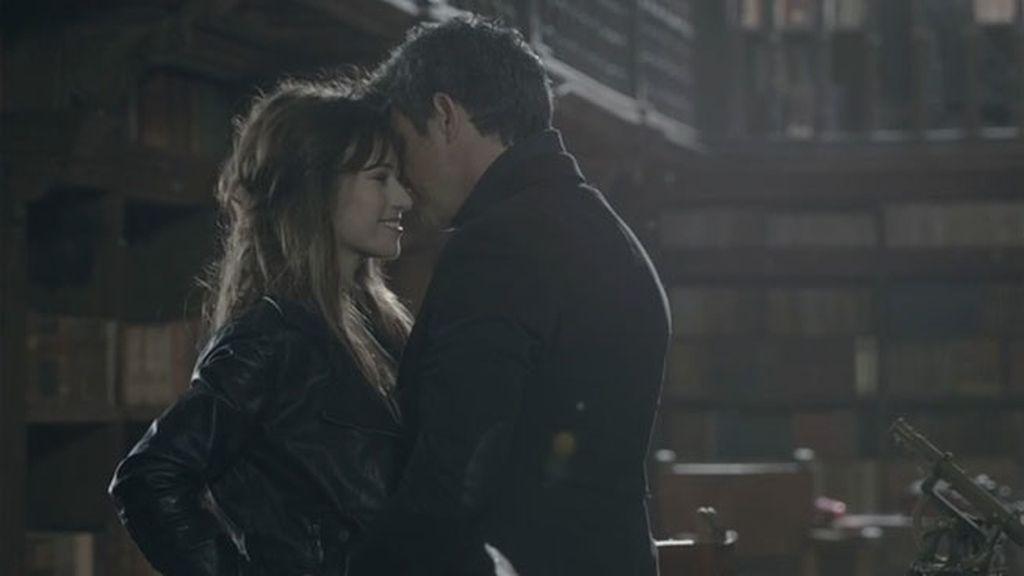 El cantante comparte escenas extra sensuales con ambas actrices