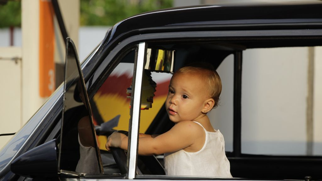 Una joven conductora en La Habana