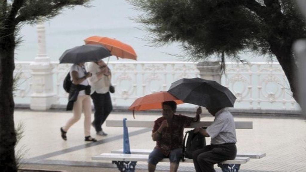 Paseo bajo la lluvia en La Concha
