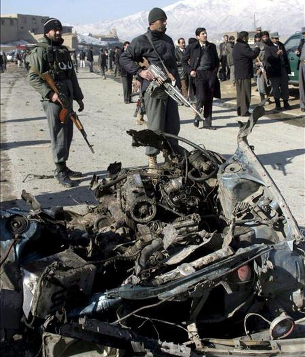 Policías afganos vigilan junto a los restos de un coche bomba utilizado en un atentado suicida a las afueras de Kabul (Afganistán) el pasado 1 de febrero. EFE/Archivo