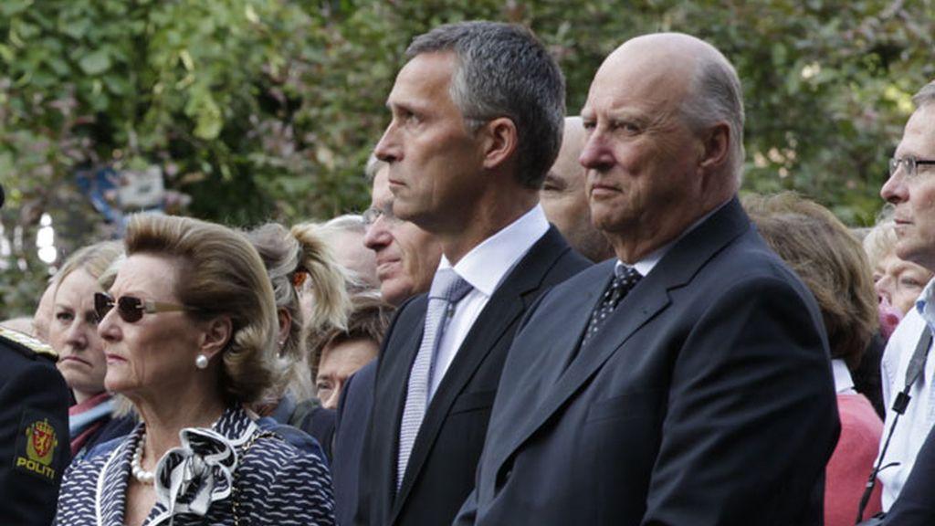 El primer ministro Jens Stoltenberg, junto a Harald y Sonia, los reyes de Noruega