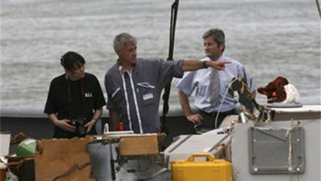 Investigadores franceses analizan algunas de las piezas encontradas del avión de la compañía Air France que se precipitó al Océano Atlántico el pasado día 1. Foto: AP.