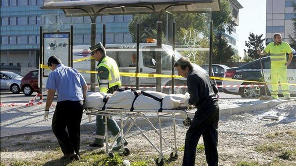 Efectivos de los servicios funerarios y de la Guardia Civil retiran el cuerpo sin vida de un hombre de 35 años que falleció tras ser arrollado por un coche en Madrid el pasado viernes. EFE