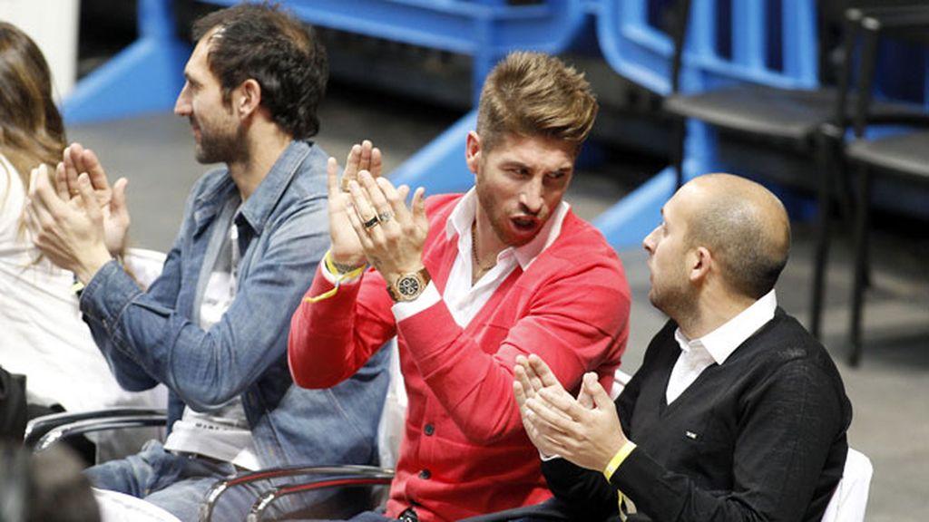 Diego López atento al partido y Sergio Ramos charlando con su compañero