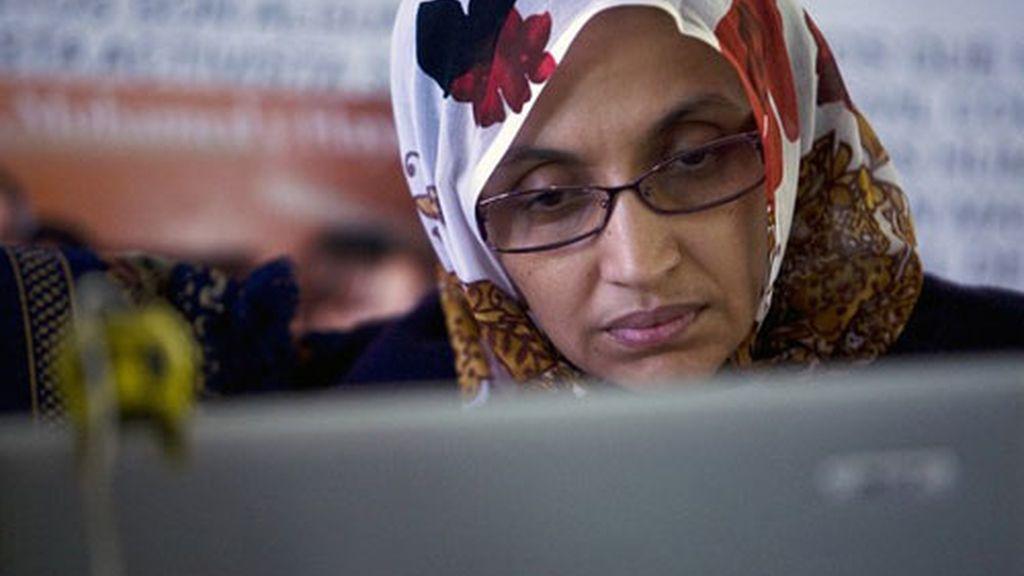Aminatu Haidar ve el concierto a través de un ordenador.