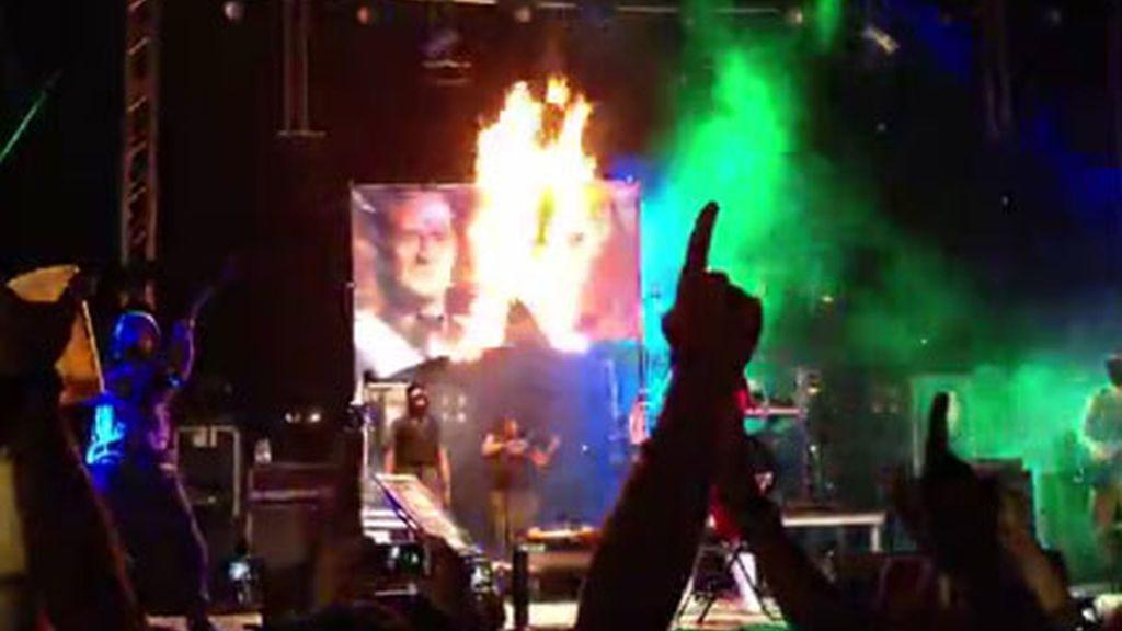 Un grupo musical quema una foto del rey durante las fiestas de Reus. Foto: Nació Digital