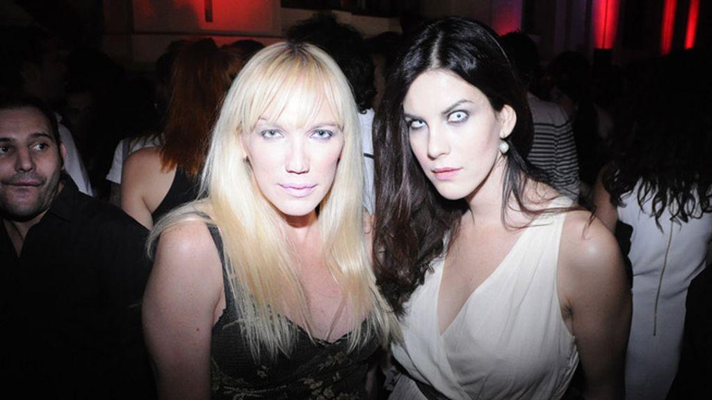 La galerista Topacio Fresh, una incondicional de Davidelfín, junto a la actriz Jill Love.
