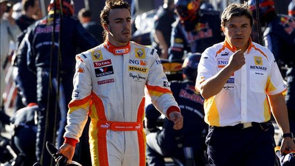El piloto español Fernando Alonso de la escuderia Renault camina por el paddock hoy durante la última sesión de entrenamientos previa a la primera prueba puntuable del Gran Premio de Australia en el circuito de Albert Park, en Melbourne. Los Brawn GP del británico Jenson Button y del brasileño Rubens Barrichello ocuparán mañana la primera fila de la formación de salida del Gran Premio de Australia, primera prueba puntuable para el Campeonato del Mundo de Fórmula Uno, en la que Fernando Alonso (Renault) partirá desde la sexta. EFE