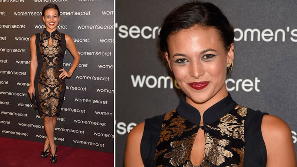 Elisa Mouliaá llevó vestido ajustado de estampado negro y dorado