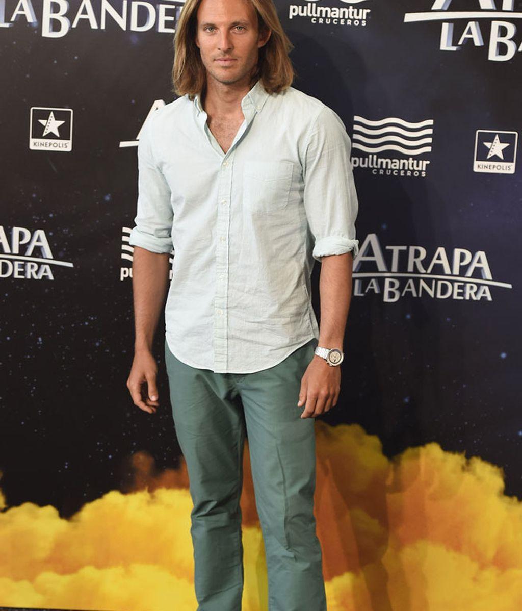 El actor Alex Jafner, camisa blanca y jeans
