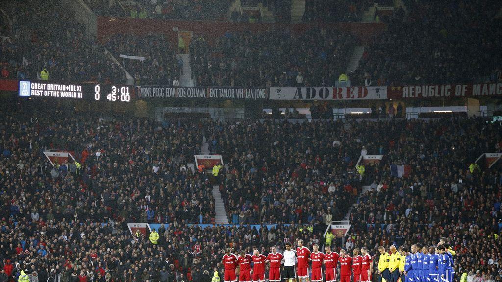 Old Trafford guardó un emotivo minuto de silencio en recuerdo de los atentados de París (15/11/2015)