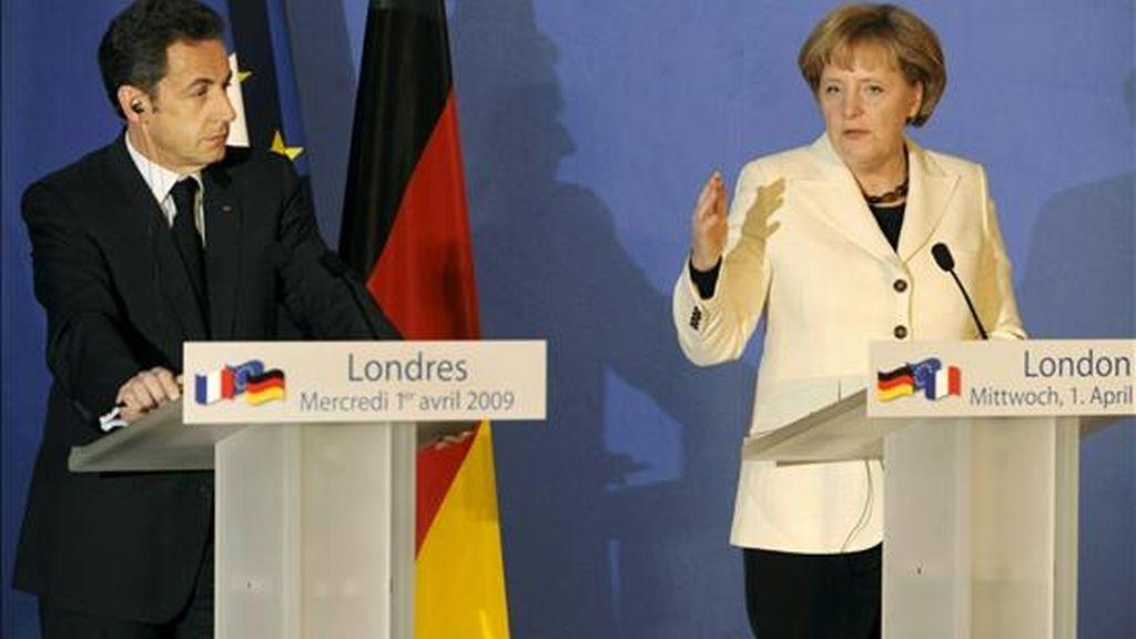 """La canciller alemana Angela Merkel (d), y el presidente francés, Nicolás Sarkozy, ofrecen una rueda de prensa en Londres, Reino Unido, hoy 1 de abril de 2009. Sarkozy aseguró que Francia y Alemania """"hablarán con una sola voz"""" en la cumbre del G20, que empieza mañana en Londres, mientras que la canciller alemana insistió en que """"queremos una nueva arquitectura para el sistema financiero mundial"""". EFE"""