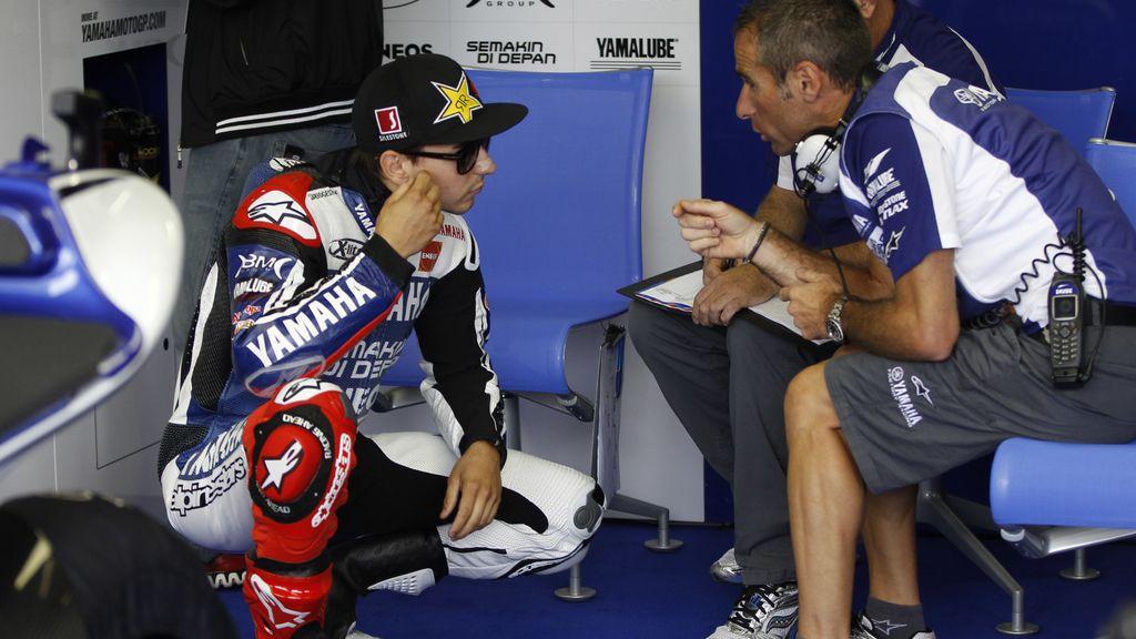 Jorge Lorenzo charla con los técnicos de Yamaha en el circuito de Brno