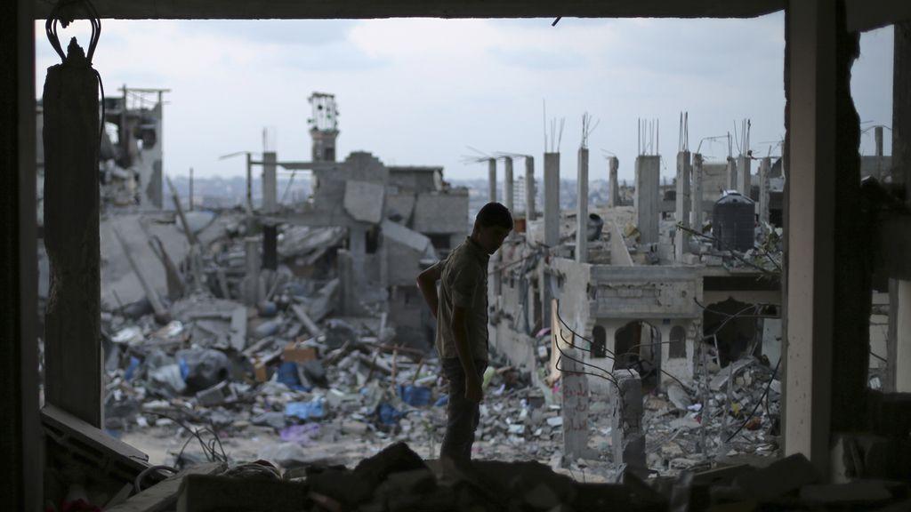Un palestino observa su casa en ruinas