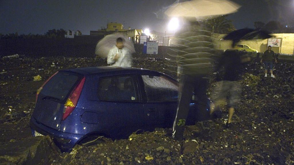 Una tromba de agua arrasa Tenerife