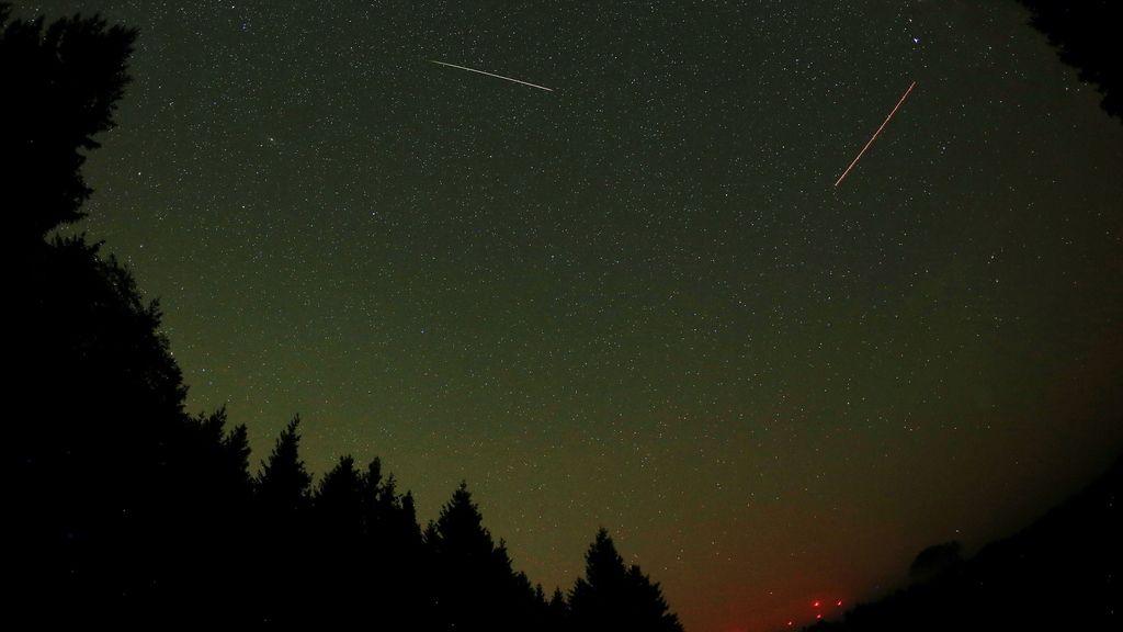 Un meteoro cruzando el cielo en la noche de Las Perseidas sobre Gemuend, Alemania