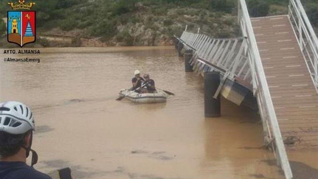 Equipo de buceo de bomberos trabaja para intentar asegurar la pasarela que cruza el pantano de Almansa