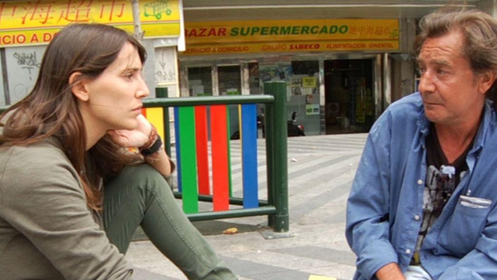 Adela escucha atentamente las vivencias de su compañero