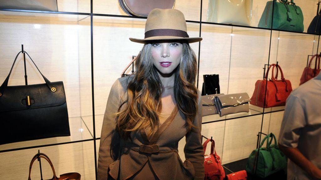 Juana Acosta completó su total look de Armani con este original sombrero argentino