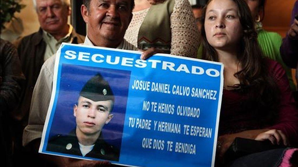 En la imagen Luis Alberto (i) y Maria Nubia Calvo (d), familiares del soldado secuestrado Josué Daniel Calvo por las FARC. EFE/Archivo