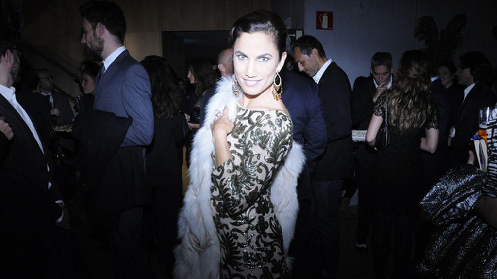 Toni Acosta derrochando clase y distinción con vestido de Sayan y pieles de Maje