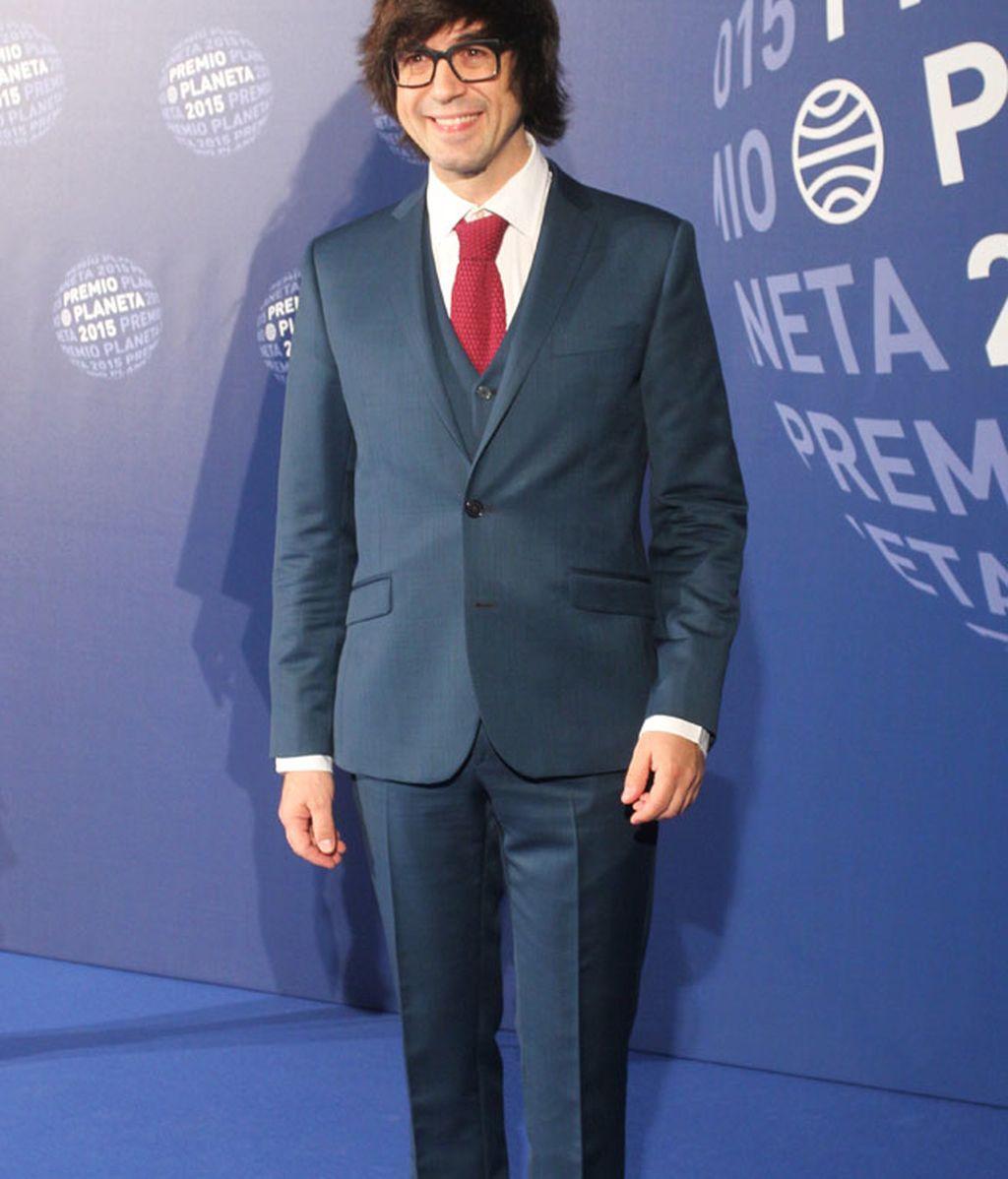El toque de color de Luis Pedrahita: traje azul y corbata roja