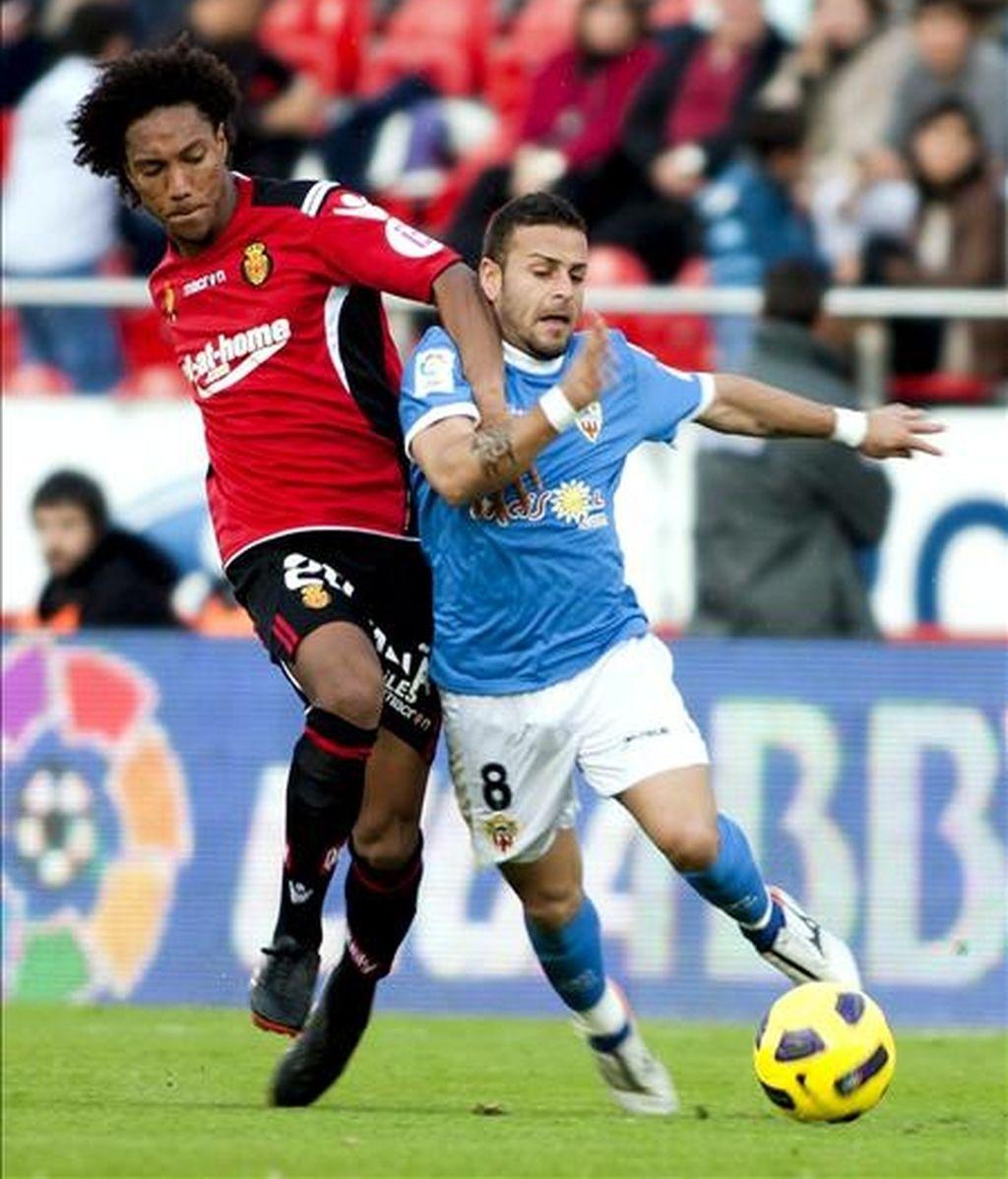 El centrocampista canadiense del Real Mallorca, Jonathan de Guzmán (i) pelea un balón con el centrocampista del Almería Albert Crusat, durante el encuentro perteneciente a la vuelta de los octavos de final de la Copa del Rey de fútbol que se ha jugado esta tarde en el Iberostar estadio de la capital balear. EFE