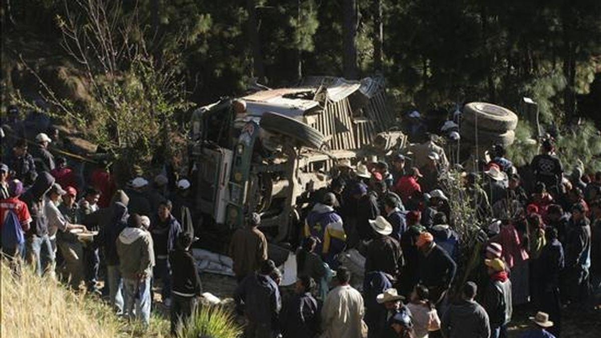 Pobladores observan el autobús en donde al menos 14 ex paramilitares guatemaltecos murieron en el caserío Loma Linda, localidad de Tejutla, a 36 kilómetros de la cabecera departamental de San Marcos, al oeste de Guatemala. EFE