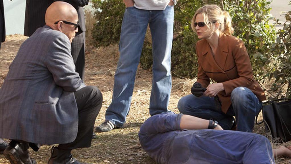 Mike Tao y Brenda en la escena del crimen.